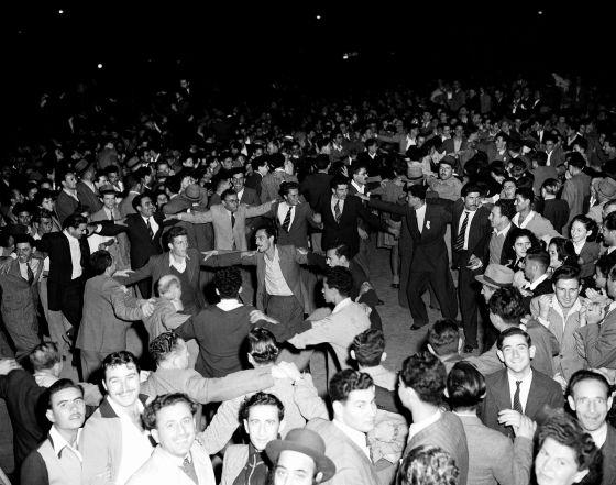 Israelíes en las calles de Tel Aviv celebran el anuncio de la partición de Palestina el 30 de noviembre de 1947.