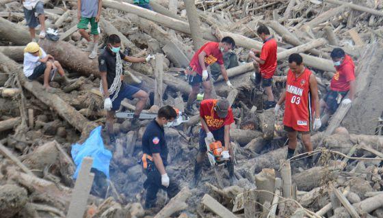 Labores de rescate y limpieza tras el paso del tifón.