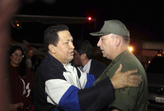 Hugo Chávez saluda al ministro de Defensa venezolano al volver a Caracas.