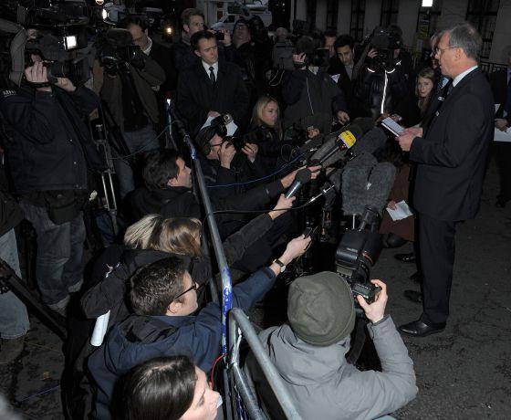 El portavoz del hospital Edward VI atiende a los medios.