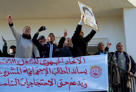 Sindicalistas se solidarizan, en Kaserine el jueves, con los trabajadores atacados por islamistas.