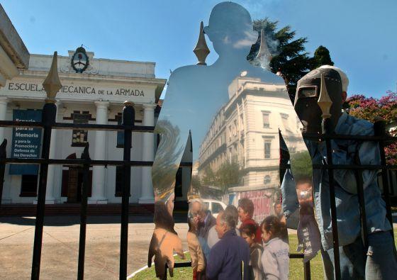 Diego Pellegrinetti instala una silueta creada por los artistas plásticos León Ferrari y Felipe Noé, en las puertas de la Escuela de Mecánica de la Armada ( ESMA) en 2005.