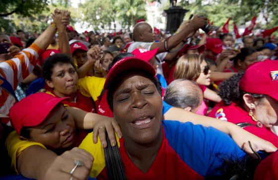 Simpatizantes del presidente Hugo Chávez se congregan para orar por su salud hoy en Caracas.