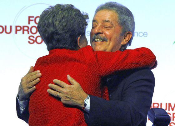 Lula abraza a la presidente Rousseff este martes en París.
