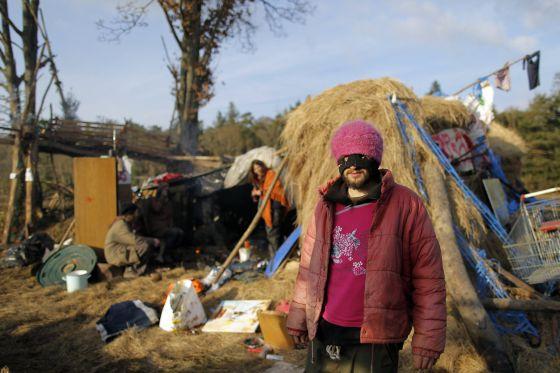 Un manifestante contra el aeropuerto de Nantes en uno de los campamentos que han levantado para impedir su construcción.