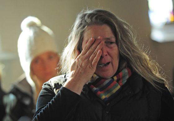 Una mujer llora en un servicio en una iglesia episcopaliana en Newtown.