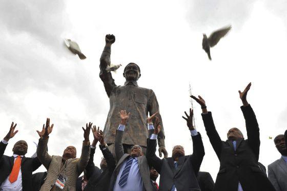 El presidente Zuma (segundo por la dcha), el jueves en la inauguración de una estatua de Mandela en Bloemfontein.