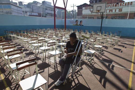 Una venezolana aguarda en un colegio en Caracas.