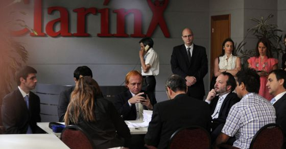 Martin Sabbatella, presidente de la Autoridad Federal de Servicios de Comunicación Audiovisual (tercero por la derecha), en una reunión con representantes del Grupo Clarín.