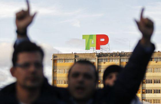 Trabajadores de la aerolínea TAP se manifiestan contra la privatización, hoy en el aeropuerto de Lisboa.