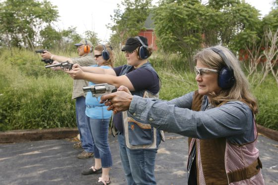 Una familia practica como manejar un arma en Grand Rapids (Michigan).