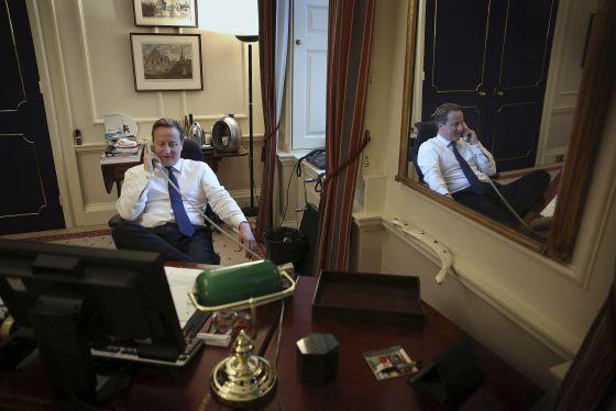 El primer ministro de Reino Unido, David Cameron, habla por teléfono con Barack Obama en su despacho de Downing Street, el pasado 8 de noviembre.