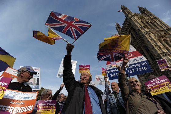 Miembros del antieuropeo Partido por la Independencia del Reino Unido (UKIP), frente al Parlamento británico.