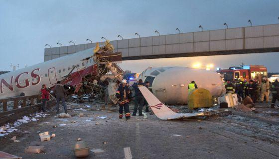 Los equipos de emergencias trabajan junto al avión siniestrado.