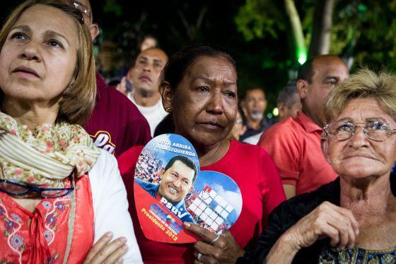 Asistentes a una misa por la salud de Chávez en Nochevieja en Caracas.