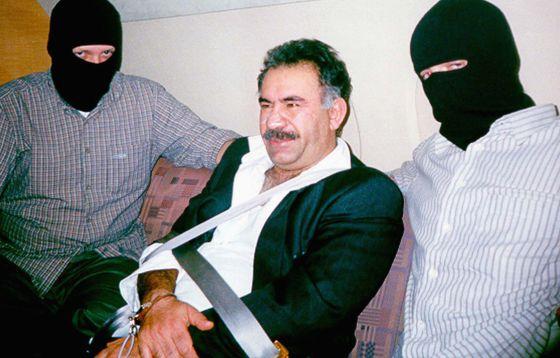Abdulá Ocalan, durante su traslado desde Kenia a Turquía en 1999.