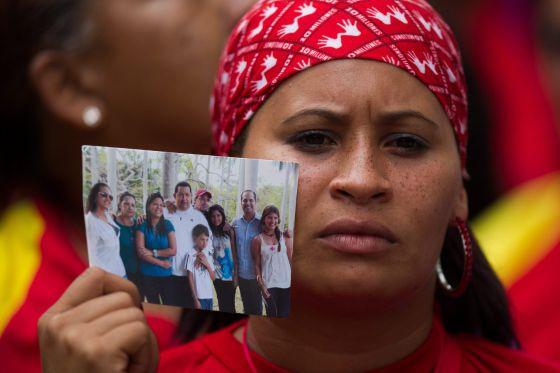Una seguidora de Chávez ante la Asamblea Nacional este sábado.
