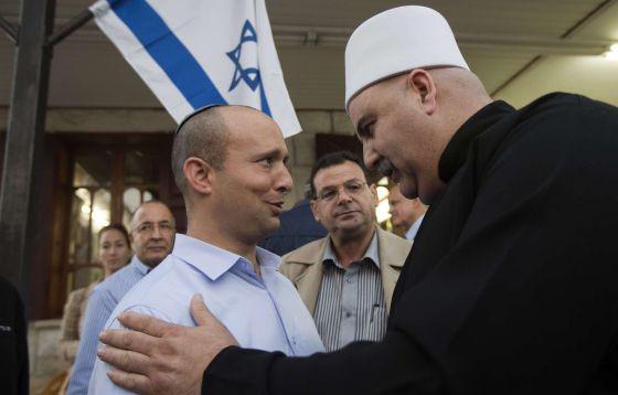 El líder de Casa Judía, Naftali Bennett (izquierda) conversa en Julis, al norte del país, con un miembro de la comunidad drusa de Israel el pasado 2 de enero.