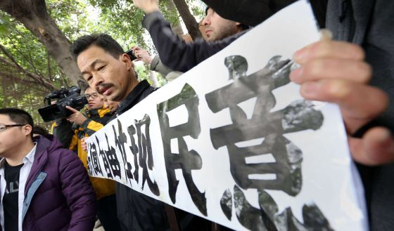 Un manifestante clama por la libertad de prensa a las afueras del grupo dueño de Nanfang Zhoumo.