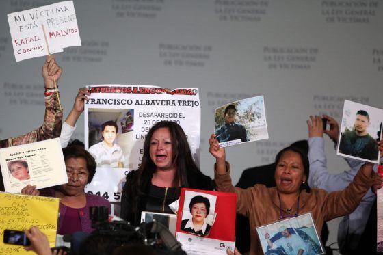 Familiares de víctimas, durante la publicación de la ley.