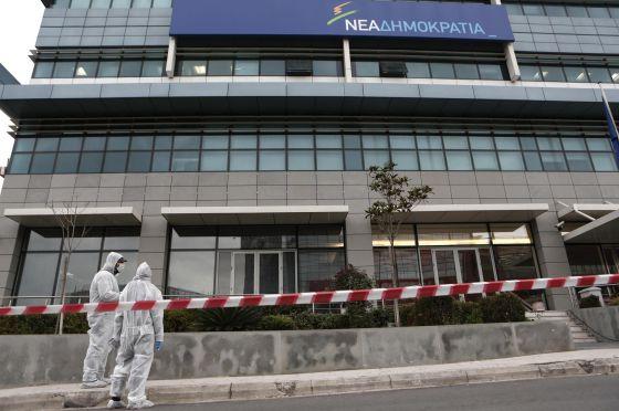 Agentes de policía inspeccionan la sede de Nueva Democracia en Atenas, el lunes por la mañana.
