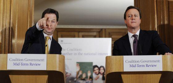 El viceprimer ministro británico, Nick Clegg, y el primer ministro británico David Cameron en Londres.
