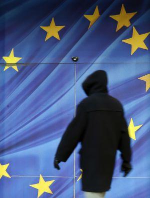 Un ciudadano pasea junto a la Comisión Europea en Bruselas.