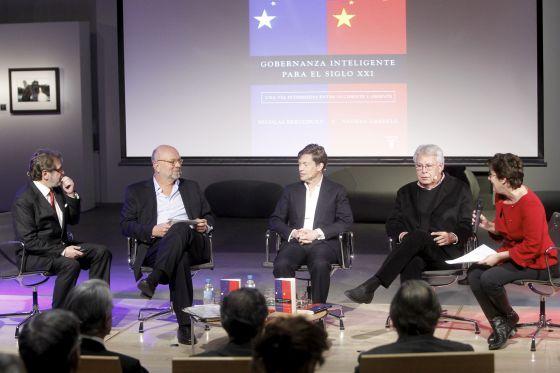 De izquierda a derecha, Juan Luis Cebrián, Nathan Gardels, Nicolas Berggruen, Felipe González y Montserrat Domínguez.