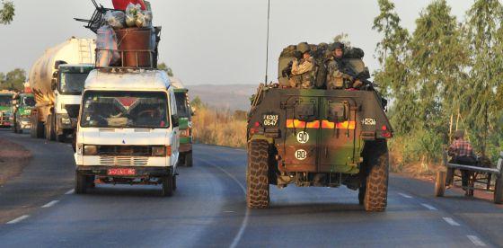 Los soldados franceses inician el despliegue en vehículos blindados desde Bamako al norte de Malí como parte de la operación 'Serval' .