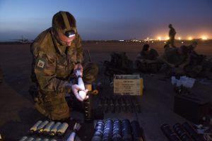 Un soldado francés revisa las municiones en la base aérea de Bamako, Malí.