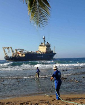 Obreros cubanos arrastran un cable submarino en 2011.