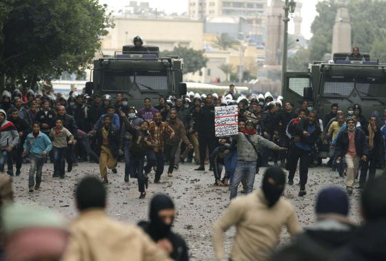 Opositores y partidarios del Gobierno se enfrentan en El Cairo.