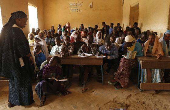 Alumnos de la escuela de Mahamane Fondogoumo, en el centro de Tombuctú, atienden a la profesora.