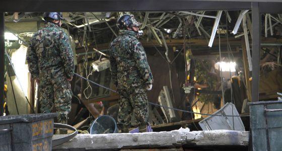 Soldados entre los escombros de la torre Pemex.