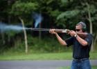 La Casa Blanca publica una fotografía de Obama disparando