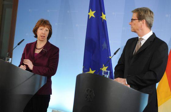 El ministro alemán de Exteriores Guido Westerwelle, con la jefa de la diplomacia común europea, Catherine Ashton, en la Conferencia de Múnich.