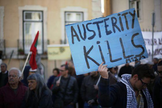 Un manifestante sostiene un cartel en que se lee