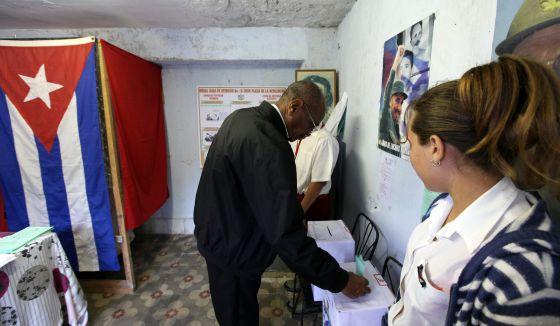 Un hombre vota en un colegio de La Habana, durante la jornada electoral del domingo.