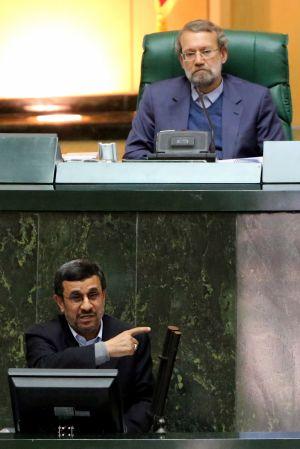 El presidente del parlamento iraní, Ali Lariyaní, escucha la intervención del presidente Mahmud Ahmadineyad el domingo 3 de febrero.