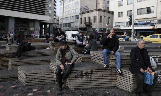 Un grupo de personas descansa en la plaza de Monastiraki, situada en el centro de Atenas, en una imagen del pasado 3 de enero