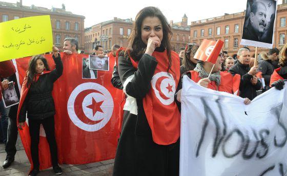 Ciudanos tunecinos homenajean al líder opositor Chokri Belaid, asesinado el pasado miércoles.