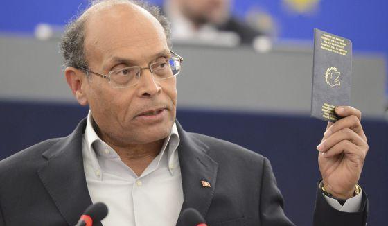 El presidente de Túnez, Moncef Marzuki, muestra su pasaporte mientras interviene ante el Parlamento Europeo en Estrasburgo, el miércoles.