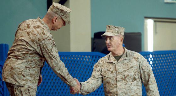 El general John Allen saluda a su sucesor al frente de las tropas de EE UU y de la OTAN en Afganistán, Joseph Dunford.