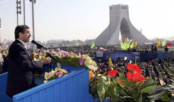 Ahmadineyad se dirige a la multitud en Teherán.