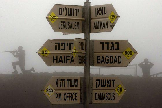 Siluetas de soldados en un puesto israelí en los Altos del Golán.