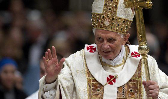 Benedicto XVI bendiciendo a los fieles, a comienzos de febrero.