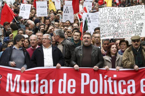 Armenio Carlos (2-izq), líder de la Confederación General de Trabajadores Portugueses (CGTP-IN) durante una manifestación contra las medidas de austeridad del Gobierno en Lisboa, Portugal.