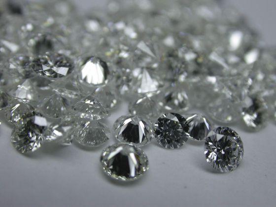 Fotografía de archivo tomada el 31 de julio de 2009 que muestra diamantes pulidos en una fábrica de diamantes en Qingdao (China).