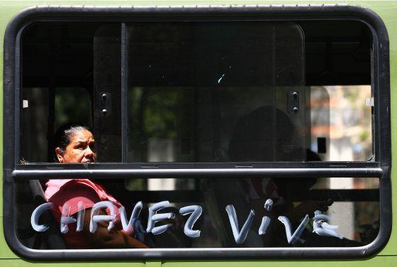 Un autobús pasa ante el hospital donde está Chávez, en Caracas.