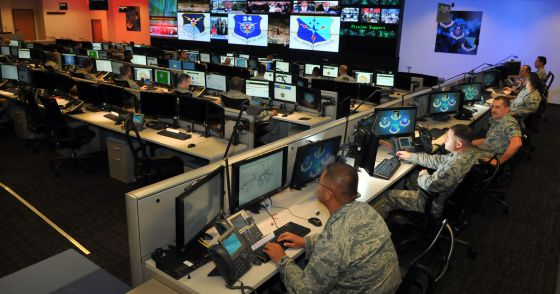 Personal del centro de operaciones de la Unidad de Comando Cibernético estadounidense, en la base de San Antonio, Tejas.